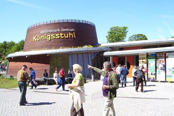 Besucher im Rügen Nationalpark-Zentrum Königsstuhl mit UNESCO Kulturerbe